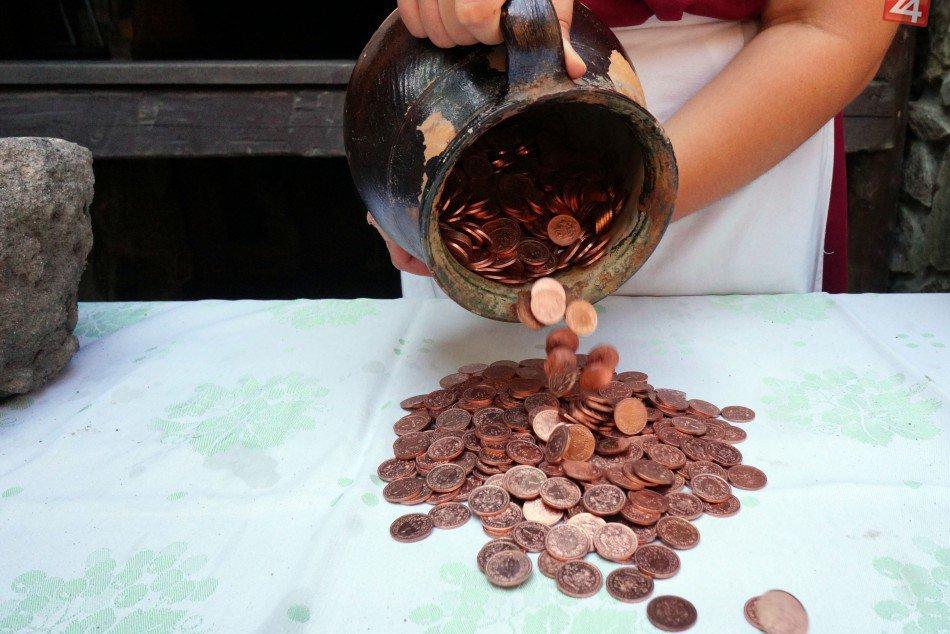 Slovenski archeologovia nasli unikatny poklad medenych minci.